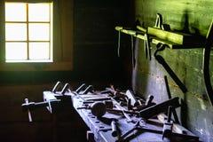 Het maken van workshop in oude kelderverdieping stock afbeelding