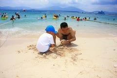 het maken van zand door overzees strand royalty-vrije stock foto