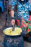 Het maken van zijde in Roi Ed, Thailand Royalty-vrije Stock Afbeelding