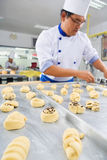 Het maken van zoet brood Stock Fotografie