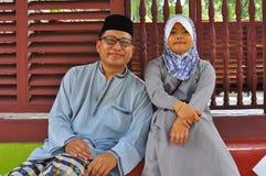 Het malay familie stellen voor de camera stock afbeelding