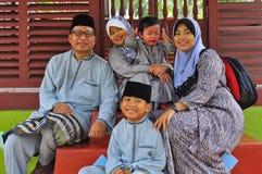 Het malay familie stellen voor de camera stock foto's