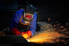 Het malen/het lassen van de arbeider stock foto's