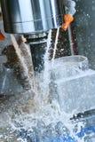 Het malen metaalbewerkend proces Industrieel CNC metaal die door verticale molen machinaal bewerken royalty-vrije stock afbeeldingen