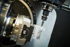 Het malen metaalbewerkend proces Industrieel CNC metaal die door verticale molen machinaal bewerken Koelmiddel en smering stock fotografie