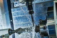 Het malen metaalbewerkend proces Industrieel CNC metaal die door verticale molen machinaal bewerken Koelmiddel en smering royalty-vrije stock foto