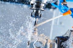 Het malen metaalbewerkend proces Industrieel CNC metaal die door verticale molen machinaal bewerken Koelmiddel en smering stock afbeelding