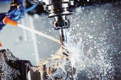 Het malen metaalbewerkend proces Industrieel CNC metaal die door verticale molen machinaal bewerken Koelmiddel en smering stock afbeeldingen