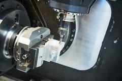 Het malen metaalbewerkend proces Industrieel CNC metaal die door verticale molen machinaal bewerken Koelmiddel en smering royalty-vrije stock fotografie