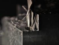Het malen van een staalblok stock afbeeldingen