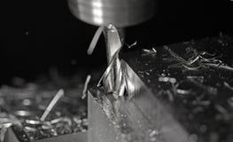 Het malen van een staalblok stock afbeelding