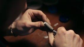 Het malen van een zilveren ring stock footage