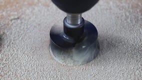 Het malen van het gat voor de meubilairscharnier in de spaanplaat Het werk van een scherp hulpmiddel in dreff stock footage