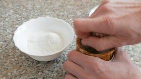 Het malen van ruw overzees zout stock footage