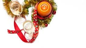 Het malplaatje van de groetkaart van twee glazen champagne, gele en groene klatergoud met rode Kerstmisballen, rood lint met snow Royalty-vrije Stock Fotografie