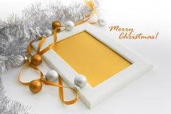 Het malplaatje van de groetkaart van wit kader en gele kaart met geel lint wordt gemaakt, zilveren en gele ballen en zilveren kla Stock Afbeelding