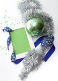 Het malplaatje van de groetkaart van wit kader en groene kaart met blauw lint, groene bal, zilveren klatergoud en confettien word Royalty-vrije Stock Afbeelding