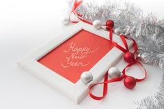 Het malplaatje van de groetkaart van wit kader en rode kaart met rood lint wordt gemaakt, zilveren en rode ballen en zilveren kla Royalty-vrije Stock Fotografie