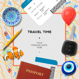 Het malplaatje van de reistijd Internationale paspoort, instapkaart, kaartjes met streepjescode, amuletten en sleutel op de kaart Royalty-vrije Stock Afbeeldingen
