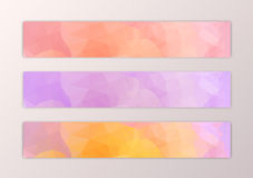 Het malplaatje van de websitebanner met de abstracte achtergrond van de driehoeksveelhoek in roze yelow wordt geplaatst die Royalty-vrije Stock Afbeelding