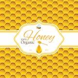 Het malplaatje van het honingsetiket voor de producten van het honingsembleem met bij en de daling van honing op Honingraat color Stock Foto