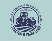 Het malplaatje van het tractorembleem, de vector van het landbouwbedrijfembleem Royalty-vrije Stock Afbeeldingen