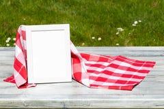 Het malplaatje van het voedselrecept Rode witte geruite doek en leeg wit royalty-vrije stock foto