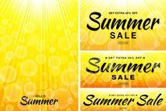 Het malplaatjebanners van de de zomerverkoop De achtergronden van zonstralen Gele achtergrond van het gloed de horizontale en ver stock illustratie