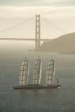 Het Maltese Jacht van de Valk onder de Gouden Brug van de Poort Stock Afbeeldingen