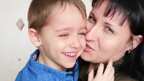 Het mamma behandelt de schreeuwende baby, die dan glimlacht stock video