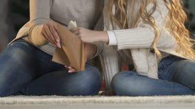 Het mamma die dochter helpen om brief, het beloven in te pakken verzendt het naar Santa Claus, geloof stock video