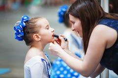 Het mamma doet make-up aan haar dochter royalty-vrije stock afbeeldingen