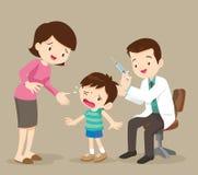 Het mamma en de arts spuiten jongen in Stock Afbeelding