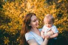 Het mamma en de baby houden van elkaar stock foto's