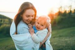 Het mamma en de baby houden van elkaar royalty-vrije stock afbeeldingen