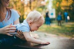 Het mamma en de baby houden van elkaar royalty-vrije stock foto's