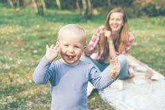 Het mamma en de baby verheugen zich en lachen stock foto's