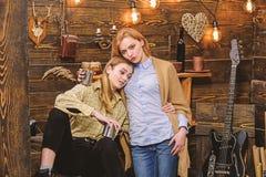 Het mamma en de dochter brengen gevoelvolle avond, binnenlandse achtergrond door Meisjesomhelzingen terwijl gevoelvol gesprek heb stock foto's