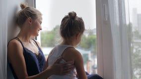 Het mamma en de dochter kijken stock videobeelden