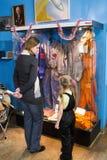 Het mamma en de dochter letten op de expositie van Centrale Hous Stock Afbeeldingen