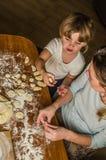 Het mamma en de dochter maken bloem uit bloem om bollen te koken Royalty-vrije Stock Afbeelding