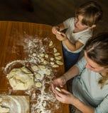 Het mamma en de dochter maken bloem uit bloem om bollen te koken Royalty-vrije Stock Afbeeldingen
