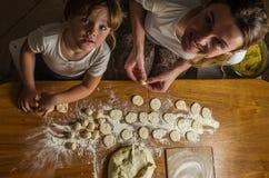 Het mamma en de dochter maken bloem uit bloem om bollen te koken Royalty-vrije Stock Foto