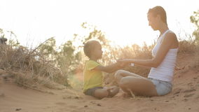 Het mamma en de dochter mediteren stock videobeelden