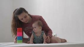 Het mamma en de dochter spelen stock footage