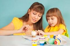 Het mamma en de dochter treffen voor Pasen voorbereidingen Royalty-vrije Stock Foto's