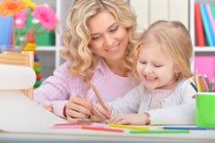 Het mamma en de dochter trekken royalty-vrije stock afbeelding