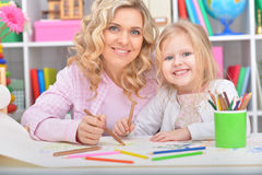 Het mamma en de dochter trekken royalty-vrije stock afbeeldingen