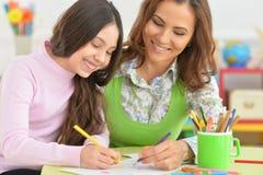 Het mamma en de dochter trekken een lijst royalty-vrije stock afbeeldingen