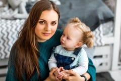 Het mamma en de dochter zijn thuis in de ruimte, Moeder` s Dag royalty-vrije stock foto's